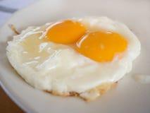 Τηγανισμένος ακατέργαστος λέκιθος αυγών Στοκ φωτογραφία με δικαίωμα ελεύθερης χρήσης