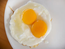 Τηγανισμένος ακατέργαστος λέκιθος αυγών στοκ εικόνες