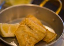 Τηγανισμένος βακαλάος στις παν και πολτοποιηίδες πατάτες μετάλλων στο πιάτο Στοκ φωτογραφίες με δικαίωμα ελεύθερης χρήσης