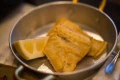 Τηγανισμένος βακαλάος στις παν και πολτοποιηίδες πατάτες μετάλλων στο πιάτο Στοκ εικόνα με δικαίωμα ελεύθερης χρήσης
