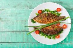 Τηγανισμένος κυπρίνος ψαριών και σαλάτα φρέσκων λαχανικών Στοκ Εικόνα