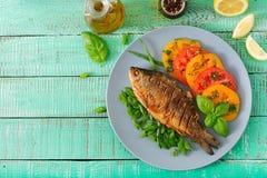 Τηγανισμένος κυπρίνος ψαριών και σαλάτα φρέσκων λαχανικών Στοκ εικόνες με δικαίωμα ελεύθερης χρήσης