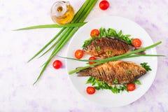 Τηγανισμένος κυπρίνος ψαριών και σαλάτα φρέσκων λαχανικών Στοκ Φωτογραφία