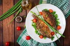 Τηγανισμένος κυπρίνος ψαριών και σαλάτα φρέσκων λαχανικών Στοκ φωτογραφία με δικαίωμα ελεύθερης χρήσης