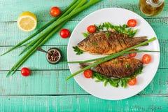 Τηγανισμένος κυπρίνος ψαριών και σαλάτα φρέσκων λαχανικών Στοκ εικόνα με δικαίωμα ελεύθερης χρήσης