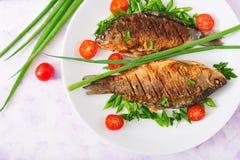 Τηγανισμένος κυπρίνος ψαριών και σαλάτα φρέσκων λαχανικών Στοκ Εικόνες