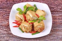 Τηγανισμένος χρυσός φραγμός ως πικάντικο τηγανισμένο tofu κομματιασμένο περικάλυμμα χοιρινό κρέας Στοκ Εικόνες