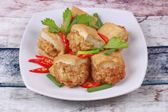 Τηγανισμένος χρυσός φραγμός ως πικάντικο τηγανισμένο tofu κομματιασμένο περικάλυμμα χοιρινό κρέας Στοκ Φωτογραφίες