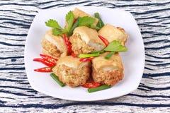 Τηγανισμένος χρυσός φραγμός ως πικάντικο τηγανισμένο tofu κομματιασμένο περικάλυμμα χοιρινό κρέας Στοκ εικόνα με δικαίωμα ελεύθερης χρήσης