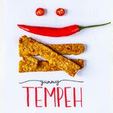Τηγανισμένος tempeh διακοσμημένος με το ψυχρό χαμόγελο YUMMY τίτλος TEMPEH Τοπ όψη στοκ εικόνα με δικαίωμα ελεύθερης χρήσης