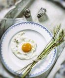 Τηγανισμένο αυγό και φρέσκο άγριο σπαράγγι Στοκ φωτογραφία με δικαίωμα ελεύθερης χρήσης