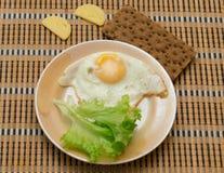 Τηγανισμένο αυγό με τη φρυγανιά και τη σαλάτα Στοκ εικόνα με δικαίωμα ελεύθερης χρήσης
