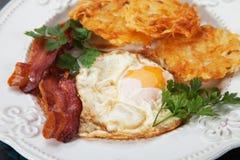 Τηγανισμένο αυγό με το μπέϊκον και hash - Browns Στοκ εικόνα με δικαίωμα ελεύθερης χρήσης