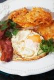 Τηγανισμένο αυγό με το μπέϊκον και hash - Browns Στοκ φωτογραφία με δικαίωμα ελεύθερης χρήσης