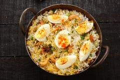 τηγανισμένο αυγό ρύζι μαγειρευμένος με τα διάσημα ινδικά καρυκεύματα και τα χορτάρια, στοκ φωτογραφία