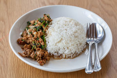 Τηγανισμένο βασιλικός ρύζι στο πιάτο Στοκ Φωτογραφίες