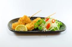 Τηγανισμένο ιαπωνικό κοτόπουλο στο μαύρο πιάτο στο άσπρο υπόβαθρο Στοκ εικόνα με δικαίωμα ελεύθερης χρήσης
