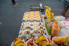 Τηγανισμένο κατάστημα αυγών ορτυκιών, δίκαιο σε αστικό της Ταϊλάνδης Στοκ Εικόνες