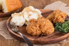 Τηγανισμένο κοτόπουλο και πολτοποίηση γεύμα πατατών Στοκ Φωτογραφία
