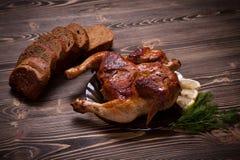 Τηγανισμένο κοτόπουλο με τον άνηθο και το μαύρο ψωμί Στοκ εικόνα με δικαίωμα ελεύθερης χρήσης