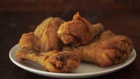 Τηγανισμένο κοτόπουλο που πέφτουν στο πιάτο απόθεμα βίντεο