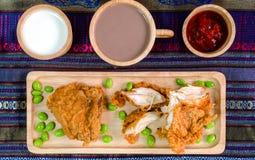 Τηγανισμένο κοτόπουλο στο ξύλινο πιάτο στοκ φωτογραφία