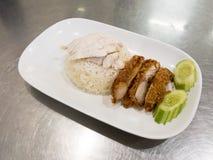 Τηγανισμένο κοτόπουλο και βρασμένο κοτόπουλο στο βρασμένο στον ατμό ρύζι Τρόφιμα Hainanese τρόφιμα Ταϊλανδός στοκ εικόνες με δικαίωμα ελεύθερης χρήσης