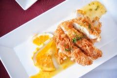 Τηγανισμένο κοτόπουλο με το λεμόνι σάλτσας Στοκ Φωτογραφίες