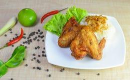 Τηγανισμένο κοτόπουλο με το κολλώδες ρύζι Στοκ Εικόνες