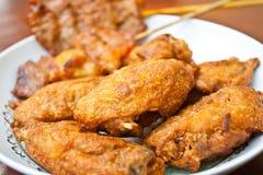 Τηγανισμένο κοτόπουλο με το ψημένο στη σχάρα χοιρινό κρέας Στοκ Φωτογραφία