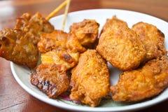 Τηγανισμένο κοτόπουλο με το ψημένο στη σχάρα χοιρινό κρέας Στοκ εικόνες με δικαίωμα ελεύθερης χρήσης