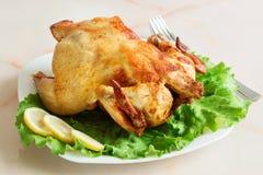 Τηγανισμένο κοτόπουλο που ψήνεται στη σχάρα με τα φρέσκα λαχανικά σε ένα άσπρο πιάτο Στοκ εικόνες με δικαίωμα ελεύθερης χρήσης
