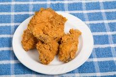 Τηγανισμένο κοτόπουλο στο μικρό πιάτο και την μπλε πετσέτα Στοκ φωτογραφία με δικαίωμα ελεύθερης χρήσης
