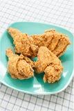 Τηγανισμένο κοτόπουλο στο πράσινο πιάτο Στοκ εικόνες με δικαίωμα ελεύθερης χρήσης