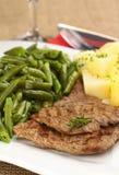 Τηγανισμένο κρέας βόειου κρέατος με τα πράσινες φασόλια και τις πατάτες Στοκ Φωτογραφίες