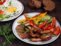 Τηγανισμένο κρέας με τα λαχανικά και τα αυγά Στοκ φωτογραφία με δικαίωμα ελεύθερης χρήσης