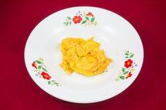 Τηγανισμένο κτυπημένο αυγό στο πιάτο, ταϊλανδική ομελέτα κουζίνας Στοκ εικόνες με δικαίωμα ελεύθερης χρήσης