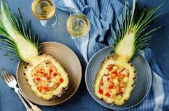 Τηγανισμένο λαχανικά ρύζι μήλων πεύκων κοτόπουλου μπέϊκον στους ανανάδες Στοκ Φωτογραφίες