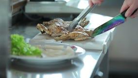 Τηγανισμένο μπριζόλες κοτόπουλο μαγείρων απόθεμα βίντεο