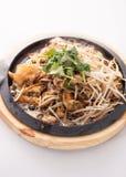 Τηγανισμένο μύδι με το νεαρό βλαστό φασολιών, ταϊλανδικά παραδοσιακά τρόφιμα Στοκ Φωτογραφία