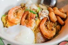 Τηγανισμένο νουντλς ρυζιού με το κοτόπουλο, το μαλακός-βρασμένα αυγό και τα θαλασσινά Στοκ εικόνα με δικαίωμα ελεύθερης χρήσης