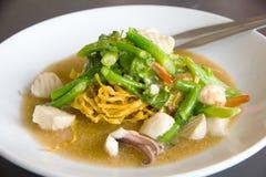 Τηγανισμένο νουντλς με το χοιρινό κρέας και κατσαρό λάχανο που ενυδατώνεται στο ζωμό - εικόνα αποθεμάτων Στοκ εικόνες με δικαίωμα ελεύθερης χρήσης