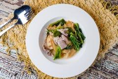 Τηγανισμένο νουντλς με το χοιρινό κρέας και κατσαρό λάχανο που ενυδατώνεται στο ζωμό Στοκ εικόνες με δικαίωμα ελεύθερης χρήσης