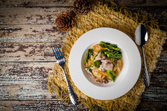 Τηγανισμένο νουντλς με το χοιρινό κρέας και κατσαρό λάχανο που ενυδατώνεται στο ζωμό Στοκ εικόνα με δικαίωμα ελεύθερης χρήσης
