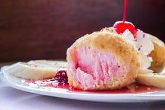 Τηγανισμένο παγωτό και κτυπημένη κρέμα Στοκ Φωτογραφία