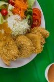 Τηγανισμένο πασπαλισμένο με ψίχουλα κοτόπουλο Milanese με τη σαλάτα Στοκ φωτογραφίες με δικαίωμα ελεύθερης χρήσης