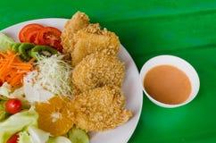 Τηγανισμένο πασπαλισμένο με ψίχουλα κοτόπουλο Milanese με τη σαλάτα Στοκ Εικόνες