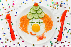 Τηγανισμένο πρόσωπο κλόουν λαχανικών αυγών για τα παιδιά Στοκ φωτογραφία με δικαίωμα ελεύθερης χρήσης