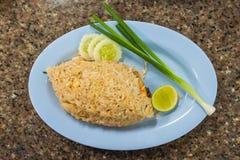 Τηγανισμένο ρύζι με τις γαρίδες στο πιάτο Στοκ Φωτογραφίες