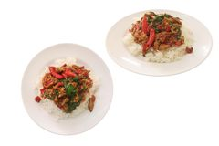 Τηγανισμένο ρύζι με το βασιλικό σε ένα άσπρο πιάτο που απομονώνεται στο υπόβαθρο με το ψαλίδισμα της πορείας Πικάντικα τρόφιμα έν στοκ φωτογραφίες με δικαίωμα ελεύθερης χρήσης